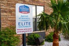 7月1日2018个ALAMOGORDO, NM :万豪奖励成员特别停车位的标志在费尔菲尔德旅馆允许精华旅馆客人 免版税图库摄影