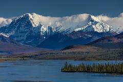 2016年8月26日-中央阿拉斯加的范围湖-寻址8, Denali高速公路,阿拉斯加,土路提供Mnt惊人的看法  hess 库存图片