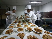 2016年9月11日 厨房乘员组繁忙的准备的宴会晚餐作用 免版税库存图片