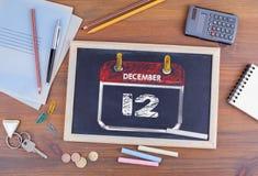 12月12日 国际天中立地位 在木办公桌上的黑板 免版税库存照片