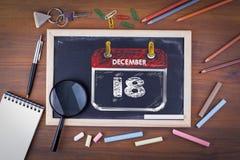 12月18日 国际移民天 在木桌粉笔板上 库存图片