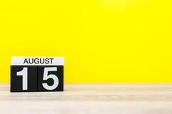 8月15日 图象的威严15,在黄色背景的日历与文本的空的空间 新的成人 库存图片