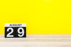 8月29日 图象的威严29,在黄色背景的日历与文本的空的空间 新的成人 库存照片