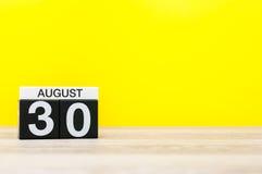8月30日 图象的威严30,在黄色背景的日历与文本的空的空间 新的成人 库存图片