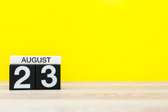 8月23日 图象的威严23,在黄色背景的日历与文本的空的空间 新的成人 图库摄影