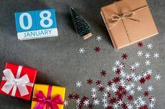 1月8日 图象8在圣诞节的天1月月,日历和与礼物的新年好背景 库存照片