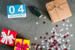 12月4日 图象4在圣诞节的天12月月,日历和与礼物的新年背景 免版税库存照片