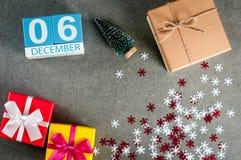 12月6日 图象6在圣诞节的天12月月,日历和与礼物的新年背景 免版税库存图片