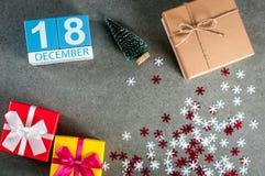 12月18日 图象18在圣诞节的天12月月,日历和与礼物的新年背景 库存图片