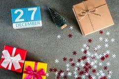 12月27日 图象27在圣诞节的天12月月,日历和与礼物的新年背景 免版税库存照片