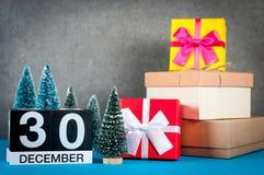 12月30日 图象30天少许12月月、日历在圣诞节和与礼物的新年背景和 免版税库存照片