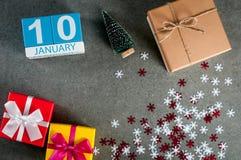 1月10日 图象10天1月月、日历在圣诞节和与礼物的新年好背景 库存照片