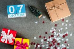 12月7日 图象7天12月月、日历在圣诞节和与礼物的新年背景 免版税库存照片