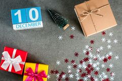 12月10日 图象10天12月月、日历在圣诞节和与礼物的新年背景 图库摄影