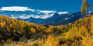 2016年9月28日-圣胡安山在秋天,在里奇韦科罗拉多附近-海斯廷斯Mesa,向碲化物, CO的土路 库存照片