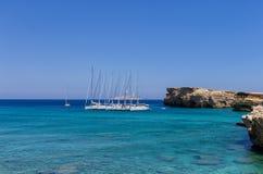 2014年7月22日-在一个海湾停住的航行游艇在Ano Koufonisi海岛,基克拉泽斯,希腊 免版税库存图片