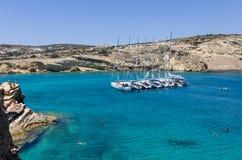 2014年7月22日-在一个海湾停住的航行游艇在Ano Koufonisi海岛,基克拉泽斯,希腊 库存照片