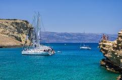 2014年7月22日-在一个海湾停住的航行游艇在Ano Koufonisi海岛,基克拉泽斯,希腊 库存图片