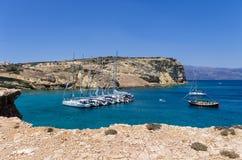 2014年7月22日-在一个海湾停住的航行游艇在Ano Koufonisi海岛,基克拉泽斯,希腊 免版税库存照片