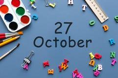 10月27日 在老师的天27 10月月,日历或学生桌,蓝色背景 秋天时间 库存图片