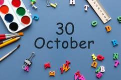 10月30日 在老师的天30 10月月,日历或学生桌,蓝色背景 秋天时间 库存图片
