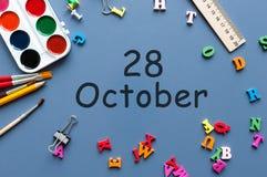 10月28日 在老师的天28 10月月,日历或学生桌,蓝色背景 秋天时间 库存图片