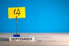 9月14日 在老师的天14月,日历或学生,与空的空间的学生桌文本的,拷贝空间 免版税图库摄影