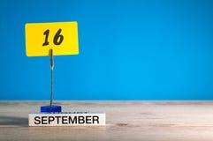 9月16日 在老师的天16月,日历或学生,与空的空间的学生桌文本的,拷贝空间 库存图片