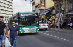 5月9日2018在Mahane耶胡达街市附近的繁忙的Shmuel Barukh街在星期五下午的耶路撒冷以色列 库存照片
