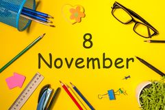 11月8日 天8去年秋天月,在黄色背景的日历与办公用品 企业主题 库存照片