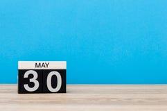 5月30日 天30可以月,在蓝色背景的日历 春天,文本的空的空间 库存图片