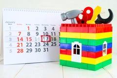 1月17日 天17在白色日历、玩具工具和a的月 库存照片