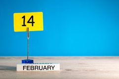 2月14日 天14 2月月,在一点标记的日历在蓝色背景 红色上升了 文本的空的空间 免版税库存图片