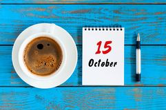 10月15日 天15 10月月,在作业簿的日历与在学生工作场所背景的咖啡杯 秋天时间 库存照片