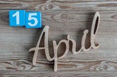 4月15日 天15 4月月,在木背景的颜色日历 春天…上升了叶子,自然本底 免版税图库摄影