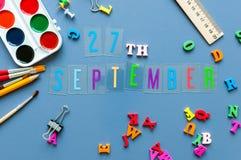 9月27日 天27月,回到学校概念 在老师或学生工作场所背景的日历与学校 库存图片