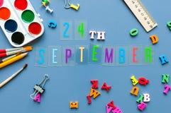 9月24日 天24月,回到学校概念 在老师或学生工作场所背景的日历与学校 免版税库存图片