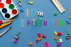 9月17日 天17月,回到学校概念 在老师或学生工作场所背景的日历与学校 免版税图库摄影