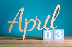4月3日 天3月,在书桌上的日历有蓝色背景 春天概念 库存图片