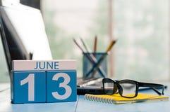 6月13日 天13月,在企业背景的木颜色日历 新的成人 文本的空的空间 免版税库存图片