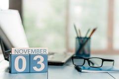 11月3日 天3月,在保险代理公司工作场所背景的日历 秋天时间 文本的空的空间 免版税库存照片