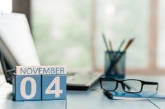 11月4日 天4月,在律师工作场所背景的日历 秋天时间 文本的空的空间 图库摄影