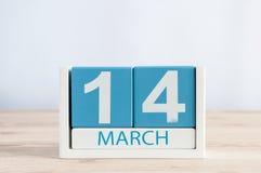 3月14日 天14月,在木桌背景的日历 春天…上升了叶子,自然本底 联邦和国际pi 库存图片
