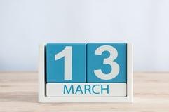 3月13日 天13月,在木桌背景的日历 春天,文本的空的空间 库存图片
