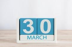 3月30日 天30月,在木桌背景的日历 春天,文本的空的空间 免版税库存图片