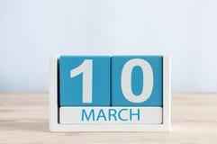 3月10日 天10月,在木桌背景的日历 春日,文本的空的空间 库存图片