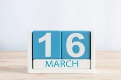 3月16日 天16月,在木桌背景的日历 春日,文本的空的空间 免版税库存照片