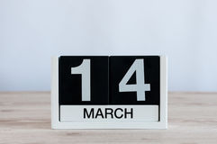 3月14日 天14月,在木桌背景的每天日历 春天…上升了叶子,自然本底 联邦和国际性组织 库存照片