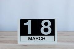 3月18日 天18月,在木桌背景的每天日历 春天,文本的空的空间 免版税库存照片
