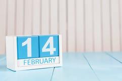 2月14日 天14月,在木背景的日历 圣徒华伦泰` s天 文本的空的空间 库存照片